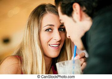 couple, dans, restaurant, boire, milk-shake