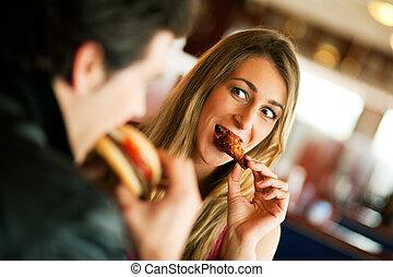couple, dans, restaurant, manger, restauration rapide