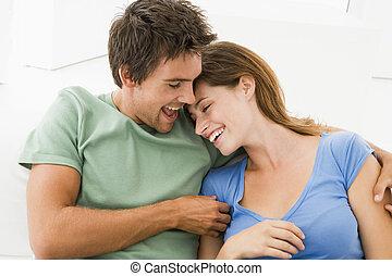 couple, dans, salle de séjour, sourire