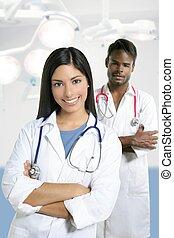 couple, de, médecins, asiatique, indien, femme, et, homme africain