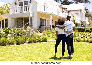 couple, debout, jardin, jeune