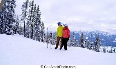 couple, debout, neigeux, paysage, 4k, ensemble