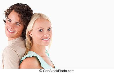 couple, debout, portrait, joyeux, dos