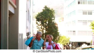 couple, dehors, jour commercial, heureux