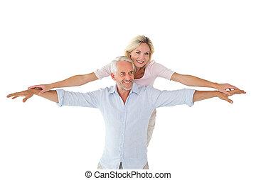 couple, dehors, poser, sourire, bras