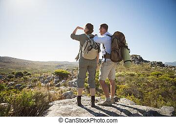couple, dehors, sur, regarder, pays, terrain, randonnée