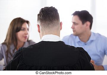 couple, disputer, devant, juge