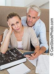couple, divan, leur, calculer, sérieux, factures