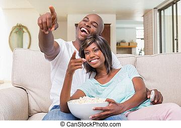 couple, divan, regarder, délassant, tv, heureux