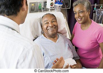 couple, docteur, conversation, sourire, personne agee