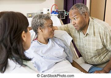 couple, docteur, expliquer, autre, personne agee, regarder, chaque