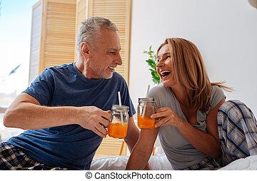 couple, ensemble, matin, jus, hommes affaires, orange, boire