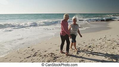couple, ensemble, personne agee, plage, marche