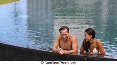 couple, ensemble, piscine, -, délassant, natation, lune miel