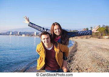 couple, ensoleillé, avoir, automne, amusement, plage, jour, heureux