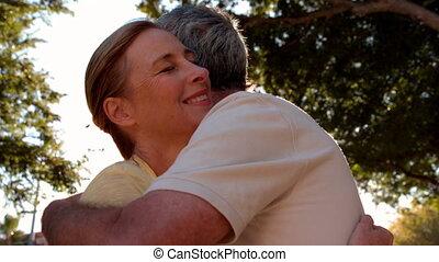 couple, ensoleillé, personne agee, étreindre, jour
