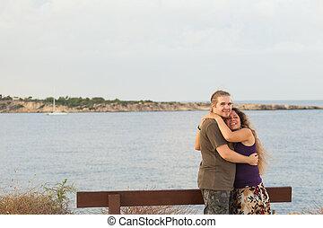 couple, ensoleillé, séduisant, embrasser, plage, jour