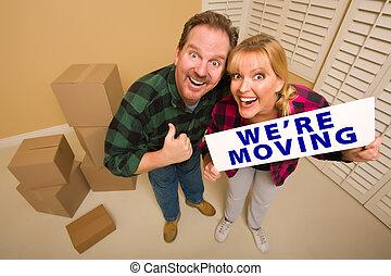 couple, entouré, signe, boîtes, goofy, en mouvement, we're,...