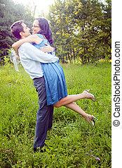 couple, extérieur, embrasser, heureux