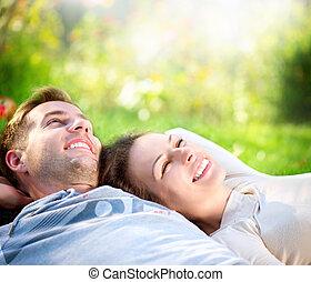 couple, extérieur, herbe, jeune, mensonge