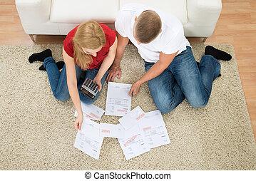 couple, factures, calculatrice