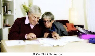 couple, factures, personnes agées, calculer