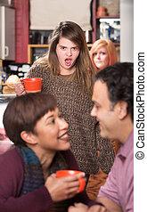 couple, femme, choqué, regarder