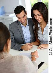 couple, financier, jeune, contrat, signer