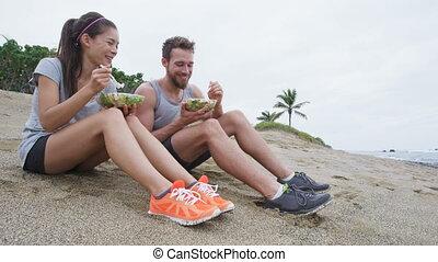 couple, fitness, -, manger, nourriture salade, sain