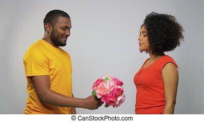 couple, fleurs, américain africain, heureux