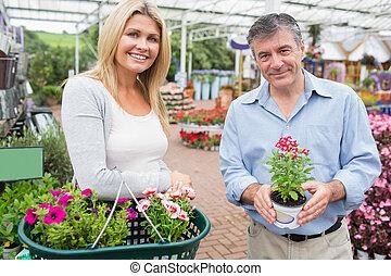 couple, fleurs, centre, choisir, jardin
