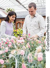 couple, fleurs, choisir