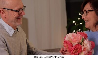 couple, fleurs, heureux, tas, personne agee, maison
