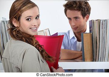 couple, flirter, bibliothèque