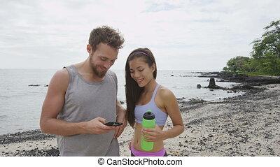 couple, fonctionner, séance entraînement, app, téléphone, regarder