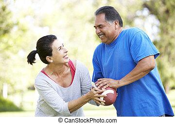 couple, football, parc, exercisme, américain, personne agee