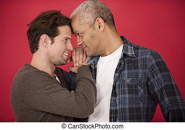 couple, gay, arrière-plan rouge