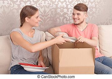 couple, gentil, boîtes, ouverture