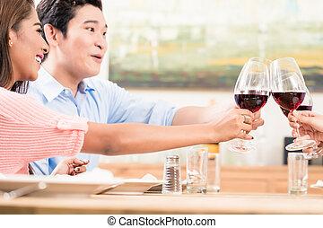 couple, grillage, amis, verres vin