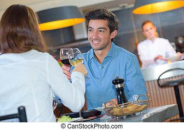 couple, grillage, restaurant