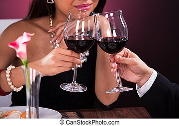 couple, grillage, verres vin, restaurant