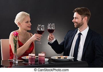 couple, grillage, vin, jeune, restaurant