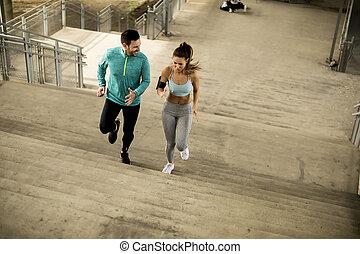 couple, haut, jeune, courant, escalier
