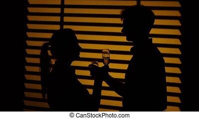 couple, haut, silhouette., brotherhood., fin, verres potables, vin