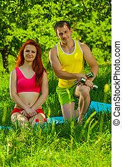 couple, herbe, jeune, sports
