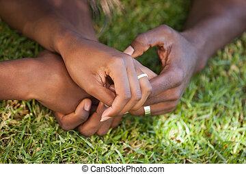 couple, herbe, tenant mains