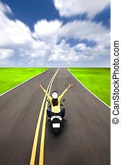 couple heureux, équitation, scooter, sur, les, autoroute