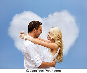 couple heureux, étreindre, sur, forme coeur, nuage