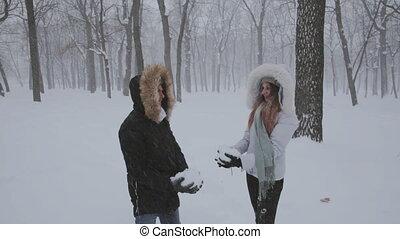 couple heureux, amusant, ensemble, lancement, neige, haut