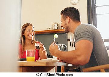couple, heureux, avoir, petit déjeuner, jeune